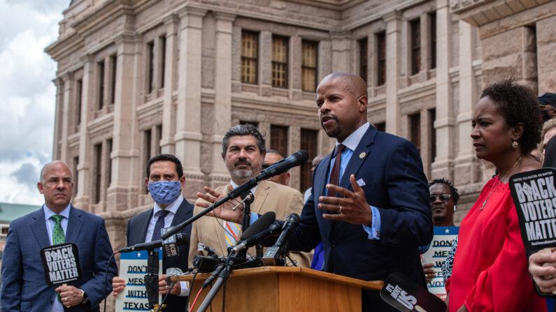 텍사스 민주당 론 네이놀즈 의원이 발언하고 있다.   Tamir Kalifa/Getty Images