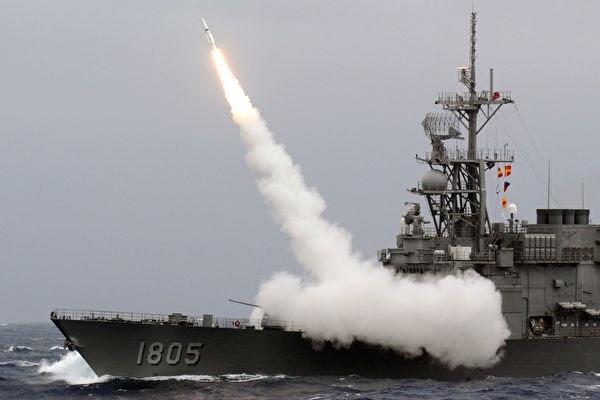 대만 해군 키드급 구축함이 2013년 9월 26일 대만 동해안 인근 해상에서 SM-2 지대공 미사일을 발사하고 있다.  대만은 6년 만에 미국산 스탠다드 II 지대공 미사일을 발사해 가상 목표물인 중국 무인기를 파괴했다. | SAM YEH/AFP/Getty Images