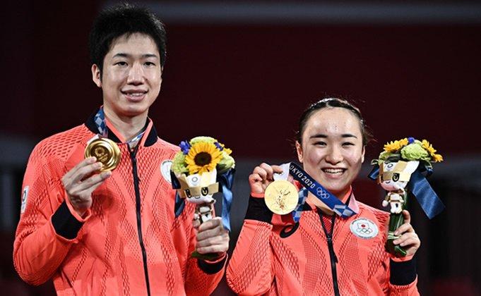 '2020 도쿄 올림픽' 탁구 혼합복식 결승에서 중국을 꺾고 금메달을 차지한 일본의 미즈타니 준(왼쪽), 이토 미마 선수  | AFP/연합