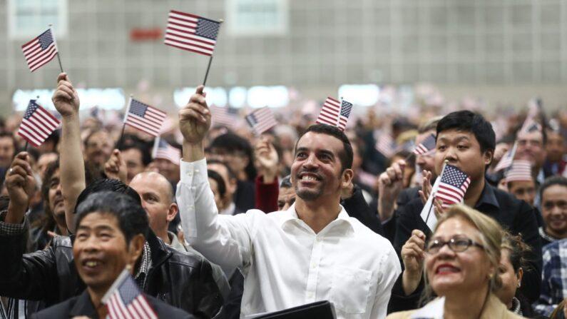 미국 시민권 신규 취득자들이 축하행사에 참석해 성조기를 흔들고 있다. 2018.5.20   Mario Tama/Getty Images