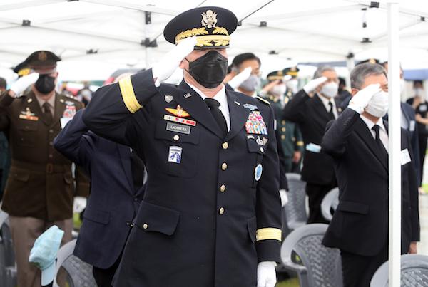 9일 경북 칠곡군 다부동 구국용사충혼비에서 열린 백선엽 장군 1주기(7월 10일)를 추모하는 헌화 행사 | 연합뉴스
