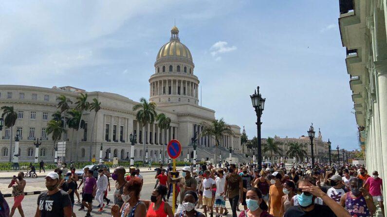 쿠바 수도 아바나의 의사당 청사 앞을 시위대가 행진하고 있다. 2021.7.11   REUTERS/Stringer/연합