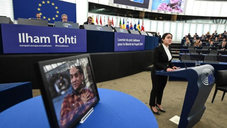 유럽 의회에서 신장 위구르족 인권가인 토티에 대한 내용이 발표되고 있다.   연합