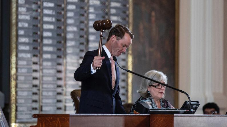데이드 펠랜 미국 텍사스주 하원의장이 의사봉을 사용하고 있다. | Tamir Kalifa/Getty Images