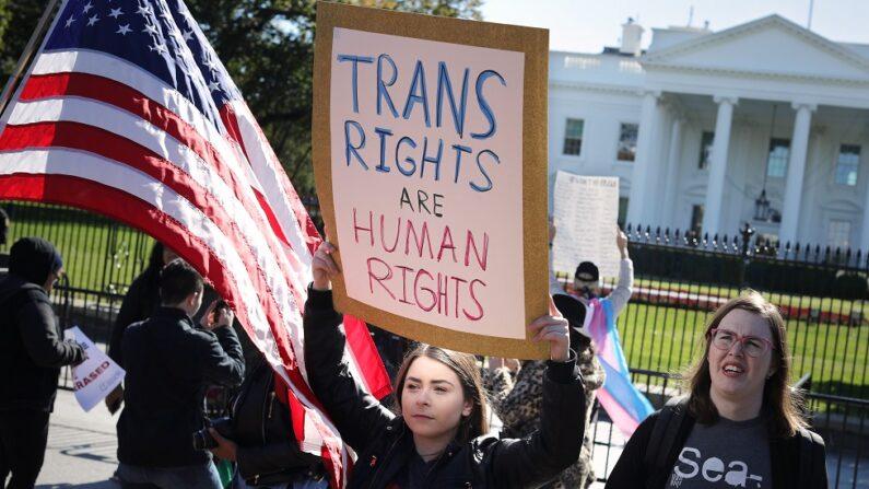 성소수자 인권 활동가들이 시위를 벌이고 있다. | Chip Somodevilla/Getty Images