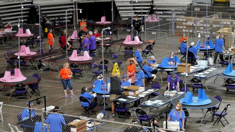 미국 애리조나주 피닉스의 재향군인 기념관에서 민간 감사업체 소속 계약직 근로자들이 마리코파 카운티 투표지를 재검표하고 있다. 2021.5.6  | Matt York, Pool/AP Photo/연합