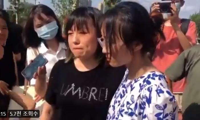 정저우 지하철에서 탈출한 여성이 맨 끝 객차 탑승객 중에서 구조된 사람은 여동생뿐이라고 했다. | 동영상 캡처
