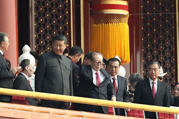 2019년 10월 1일, 중국공산당 전현직 고위 관리들이 열병식을 관람하러 천안문 성루에 올랐다.   Andrea Verdelli/Getty Images