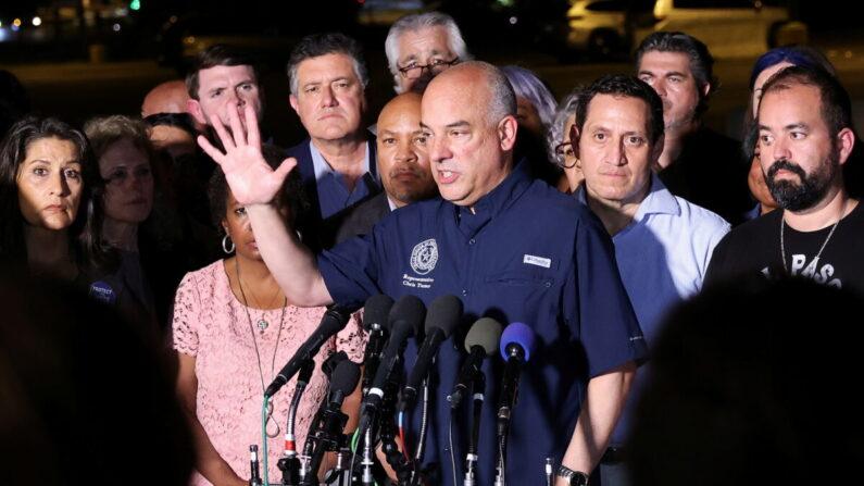지난 12일 오후, 투표법 개혁안 표결을 거부하며 몰래 비행기로 텍사스를 빠져나온 텍사스 주의회 소속 민주당 의원들이 워싱턴DC와 가까운 버지니아 공항에 도착해 기자회견을 열고 있다. | REUTERS/Evelyn Hockstein/연합