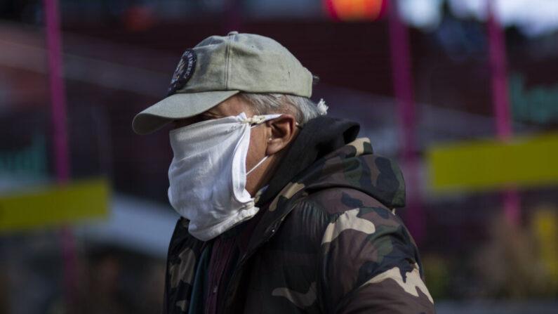 미국 뉴욕 타임 스퀘어를 찾은 한 남성이 마스크를 겹쳐서 착용하고 있다. 2020.12.10   KENA BETANCUR/AFP via Getty Images)