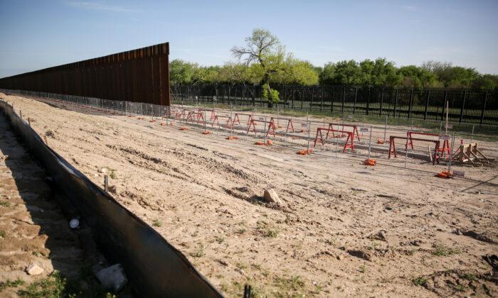 조 바이든 미국 대통령의 행정명령으로 건설이 중단된 텍사스주 국경 장벽. 2021.3.31 | Charlotte Cuthbertson/The Epoch Times