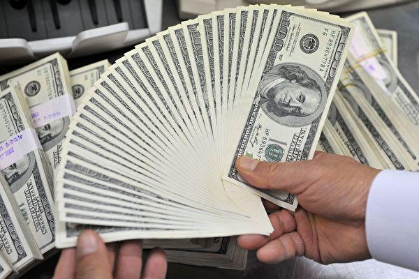 화폐는 한 나라의 신용을 대변하는 것으로, 한 나라의 화폐가 신용을 잃었을 때 그 나라의 정권은 멸망하기 일보 직전이다.   JUNG YEON-JE/AFP/Getty Images
