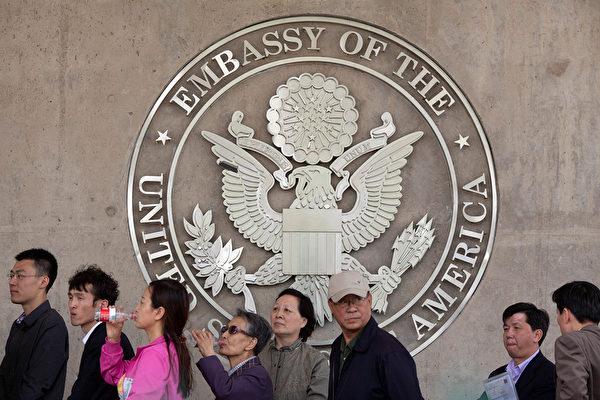 2012년 4월 27일, 베이징 주재 미국 대사관 앞에 줄서 있는 중국 사람들 모습. | Ed Jones/AFP/Getty Images