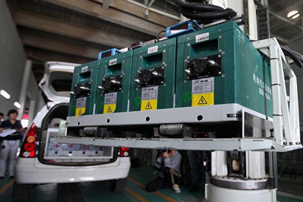 중국의 전기차 등 신에너지 자동차 생산량은 이미 전 세계 생산량의 절반을 차지하고 있지만, 부피가 큰 연료 배터리가 심각한 환경오염을 일으키고 있다. 사진은 베이징에 있는 중국 최대 전기차 배터리 충전소.   Feng Li/Getty Images