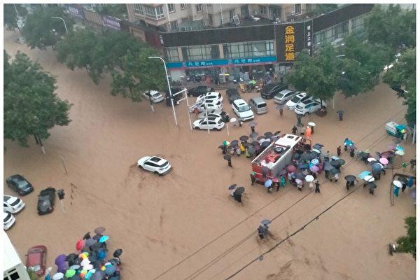 20일 저녁 정저우시 항하이서로가 폭우에 잠긴 가운데 시민들이 길을 건너고 있다. | 현지 주민 제공