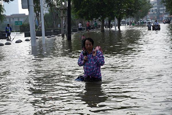 중국 허난(河南)성 신샹(新鄕)시의 수해가 심각한 가운데 신샹의 '공산주의 수로' 곳곳에서 물이 새는 상황이 심각하다. 사진은 신샹의 거리 풍경. | JADE GAO/AFP via Getty Images