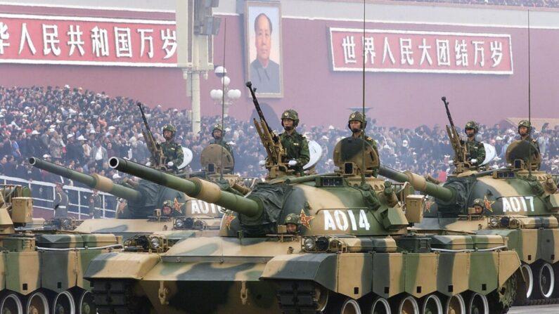 중화인민공화국 건국 기념일을 맞아 베이징 톈안문 광장에서 열병식이 열린 가운데, 중국 인민해방군 탱크들이 자금성 문 앞을 지나고 있다. 1999. 10. 1   Robyn Beck/AFP via Getty Images/연합