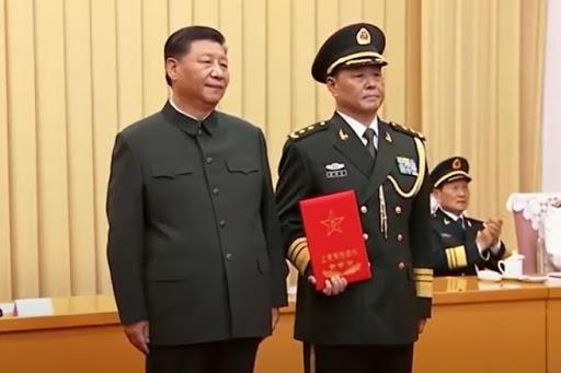시진핑 중국공산당 총서기는 지난 5일 베이징 인민해방군 청사 8.1대루(大樓)에서 사령관 4명을 상장(上將)으로 진급시켜 계급장을 수여했다. 하지만 시진핑의 얼굴에는 웃음을 찾아볼 수 없었다. | 영상 캡처