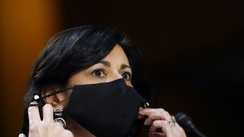 로셸 월런스키 미국 질병통제예방센터(CDC) 국장이 마스크를 고쳐 쓰고 있다.   AP/연합