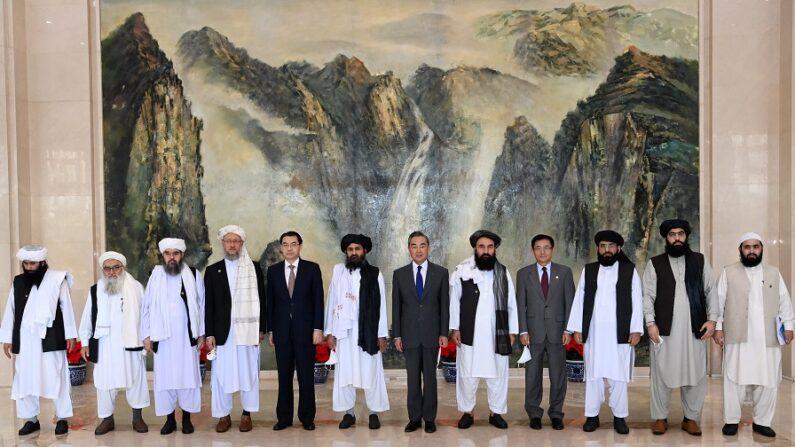 지난달 7월 28일 중국 톈진을 방문한 아프가니스탄 탈레반 대표단이 왕이 중국 외교부장(가운데 양복 차림)을 포함한 중국 외교부 관료들이 기념 촬영을 하고 있다.   중국 외교부 홈페이지