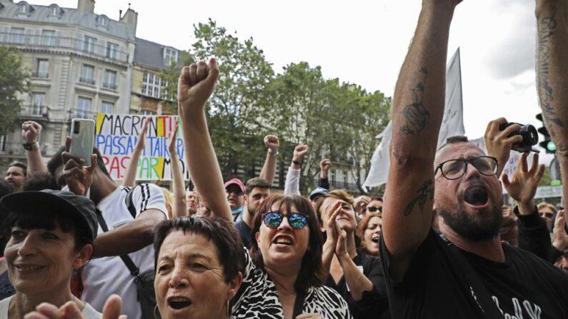 지난달 31일(현지시간) 백신 여권 도입과 방역 강화에 반대하는 프랑스인들이 파리에서 시위를 벌이고 있다. | AP Photo/Adrienne Surprenant/연합