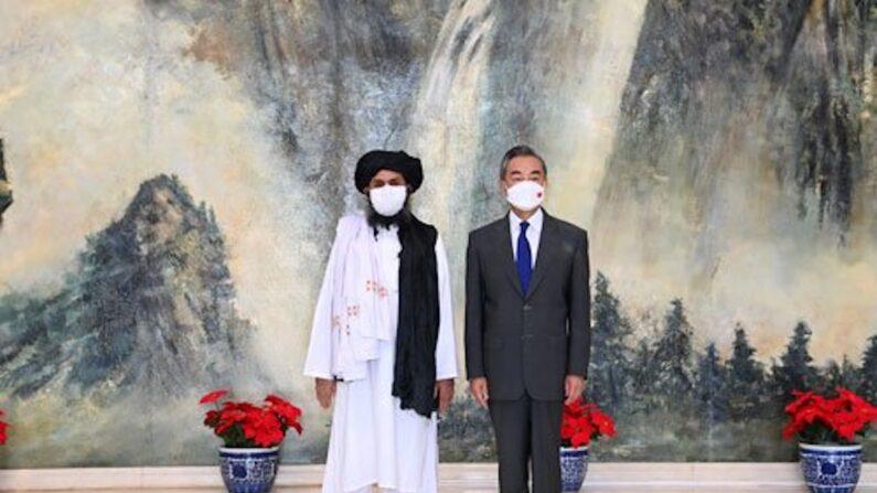탈레반 지도부와 왕이 중국 외교부장. 양측은 탈레반의 아프가니스탄 점령전이 한창이던 7월 28일 만나 협력을 다짐했다. 왕이 부장은 탈레반 지지를 선언했다. | 중국 외교부