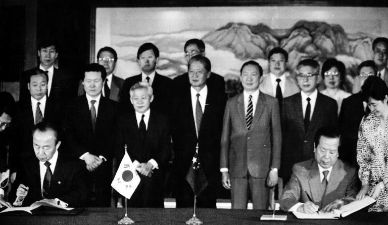 이상옥 외무장관과 첸치천 중국외교부장이 '한·중 외교관계 수립에 관한 공동성명'에 서명하고 있다. 1992.8.24   연합