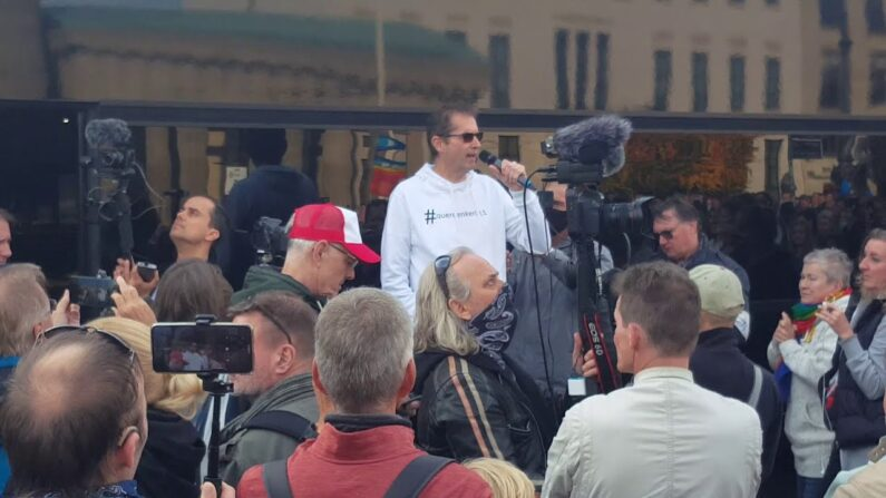 울프강 그로일리히(가운데 마이크 든 남성)가 코로나 바로 알리기 투어 중 연설하고 있다. 2020.10.25 | 유튜브 영상 캡처