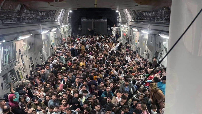 아프가니스탄을 탈출하기 위해 미군 C-17 수송기에 탑승한 사람들 | 디펜스원