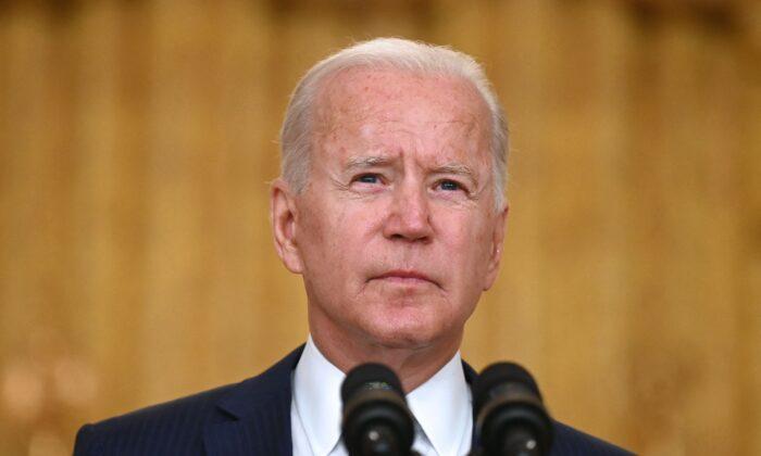 26일(현지시간) 조 바이든 미국 대통령이 워싱턴DC 백악관에서 아프가니스탄 카불 공항 폭탄 테러와 관련한 연설을 하고 있다.   Jim Watson/AFP via Getty Images/ 연합