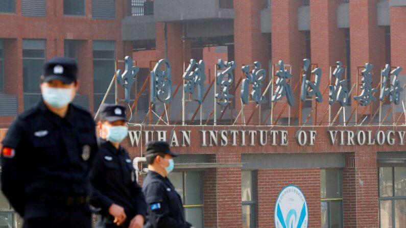 지난 2월 3일 중국 우한 바이러스 연구소 앞에 있는 경비원들   로이터/연합
