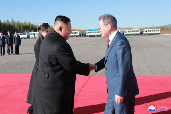 평양정상회담 마지막 날인 2018년 9월 20일 김정은 북한 국무위원장 내외가 삼지연공항에서 문재인 대통령 내외를 환송했다. | 연합뉴스