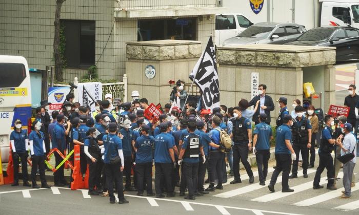 30일 서울남부지방 법원 앞에 수십명의 경찰이 배치돼 통제하는 과정에서 시민들과 고성이 오가며 실랑이가 벌어지기도 했다.   이유정/에포크타임스