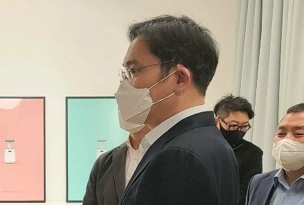 삼성 직원들과 대화하고 있는 이재용 부회장ㅣ삼성전자 제공