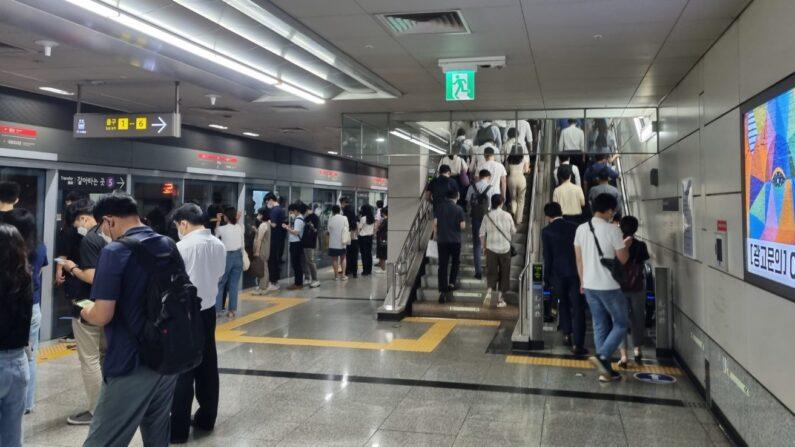 수도권 사회적 거리두기 4단계가 시행되는 가운데 지하철 9호선 여의도역에서 시민들이 출근하는 모습이다.ㅣ에포크타임스