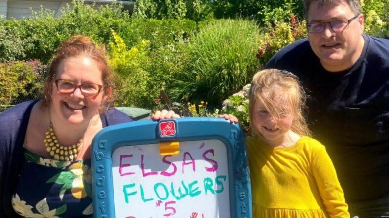 미국 7살 소녀 엘사 러메인이 아빠, 엄마와 자신의 레모네이드 노점 앞에서 기념사진을 촬영했다. | 엘사 엄마 루시 러메인 페이스북 캡처
