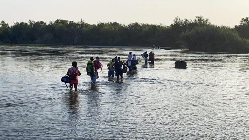 텍사스 남부 국경지방에서 이로 그란데 강을 건너는 불법 이민자들. 2021.7.25   샬럿 커트버슨/에포크타임스