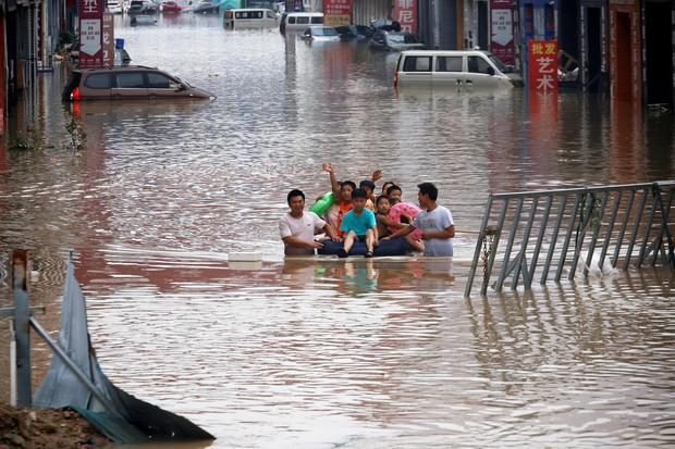 지난 7월 22일 중국 허난성 정저우의 홍수현장에서 대피 중인 어린이들 | 로이터/연합