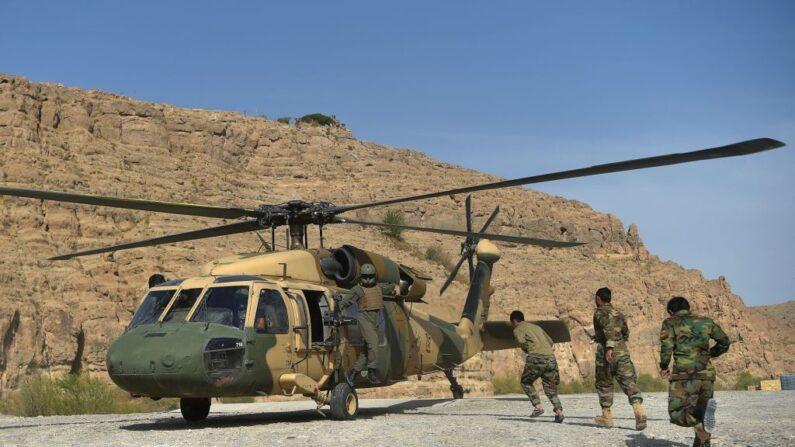아프가니스탄 공군이 블랙호크 헬기로 카자키댐 인근에서 탈레반에 포위된 아프간 정부군 병사들에게 물과 식량 등을 보급하고 있다. 2021.3.25   WAKIL KOHSAR/AFP via Getty Images