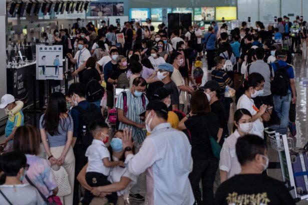 지난 7월 18일 홍콩 국제공항의 영국행 탑승 수속 창구 주변에 여행자들이 몰려 있다 | BERTHA WANG/AFP via Getty Images/연합