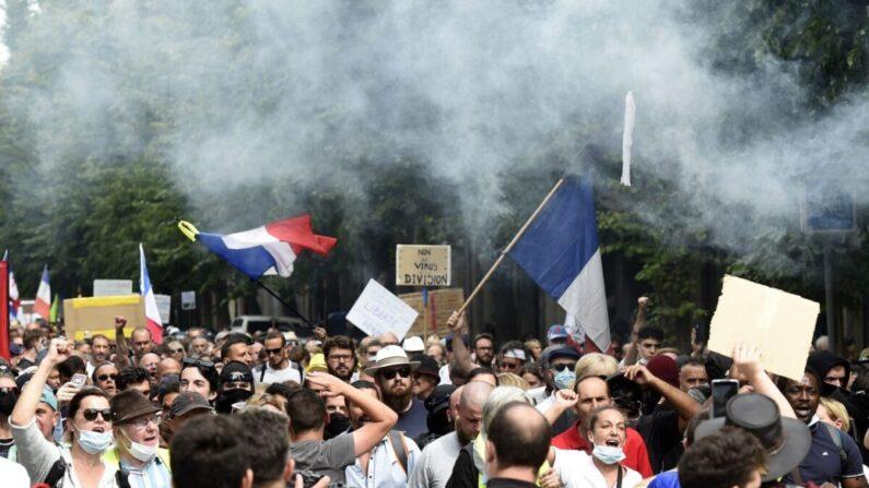 프랑스 북부도시 릴(Lille)에서 시위대가 백신 여권 정책 시행에 항의하고 있다. | RANCOIS LO PRESTI/AFP via Getty Images/연합