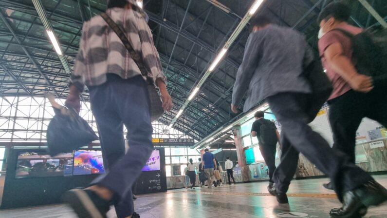 2호선 지하철역에서 시민들이 지나가는 모습 | 에포크타임스