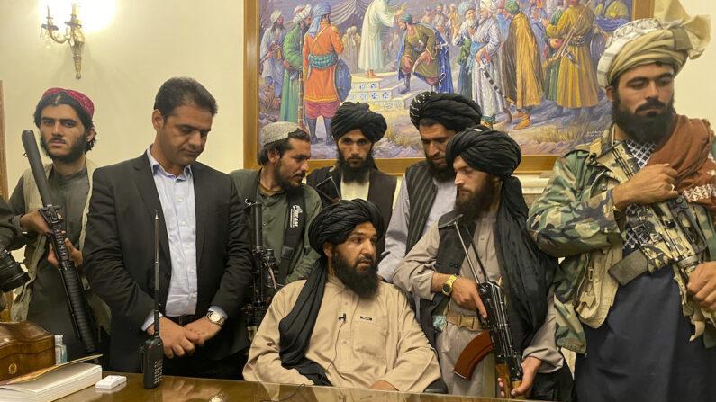 아프간 대통령궁에 진입한 탈레반 무장 대원들   AP/연합