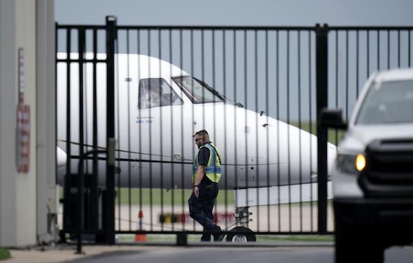 지난 7월 12일(현지시간) 텍사스 주의회 공화당의 선거법 개혁안 표결에 반발, 의회를 이탈한 민주당 의원들을 태운 항공기가 텍사스 공항을 떠나고 있다. | AP/연합