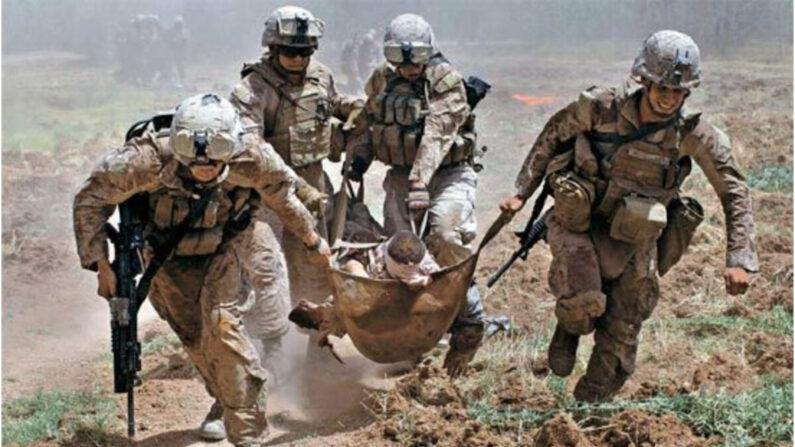 미군의 아프가니스탄 철수 마감시한인 8월 31일이 다가오면서 탈레반의 아프간 침공이 거세지고 있다. 사진은 지난 2010년 아프간 남부 헬만드주 마르자에서 미 해병대원들이 작전 수행 중 급조폭발물(IED)에 부상당한 동료를 헬기로 이송하는 모습. | 마르자 로이터/연합
