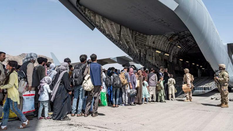 아프가니스탄 수도 카불 공항에서 아프간을 탈출하려는 사람들이 미 공군 C-17 수송기에 탑승하고 있다. 2021.8.21 | AP/연합