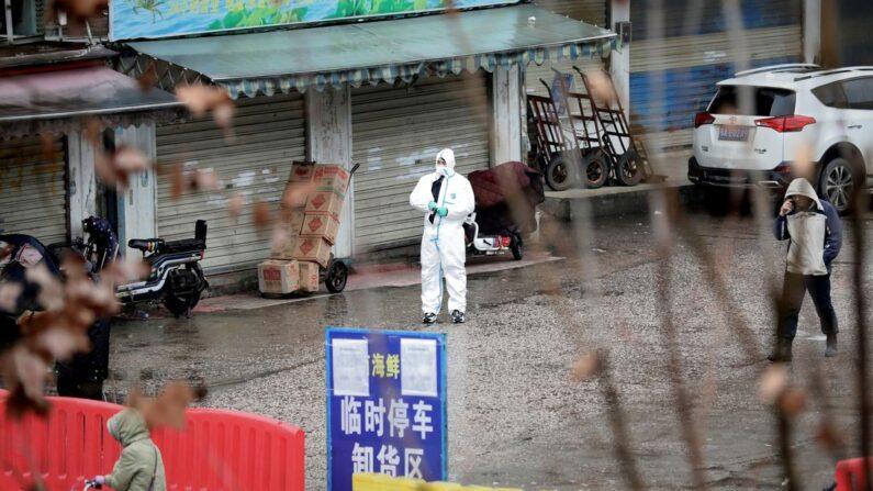 중국 당국이 중공 바이러스(신종 코로나) 발원지로 지목한 후베이성 우한의 수산물 시장이 폐쇄된 가운데 방호복을 입은 방역 요원이 상가들을 점검하고 있다. 2020.1.20 | 로이터/연합