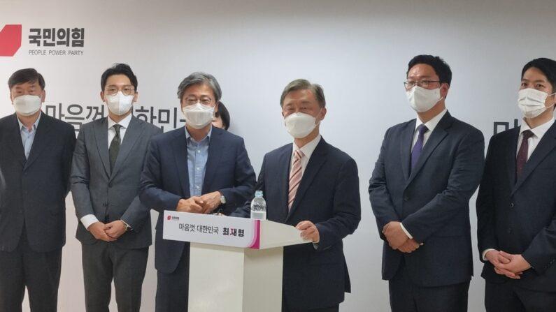 2일 오후 국민의힘 대선 예비후보인 최재형 전 감사원장(왼쪽에서 4번째)이 서울 여의도에 위치한 '열린캠프' 사무실에서 '프레스룸 오픈 데이'에 참석해 인사말을 하고 있다.ㅣ에포크타임스