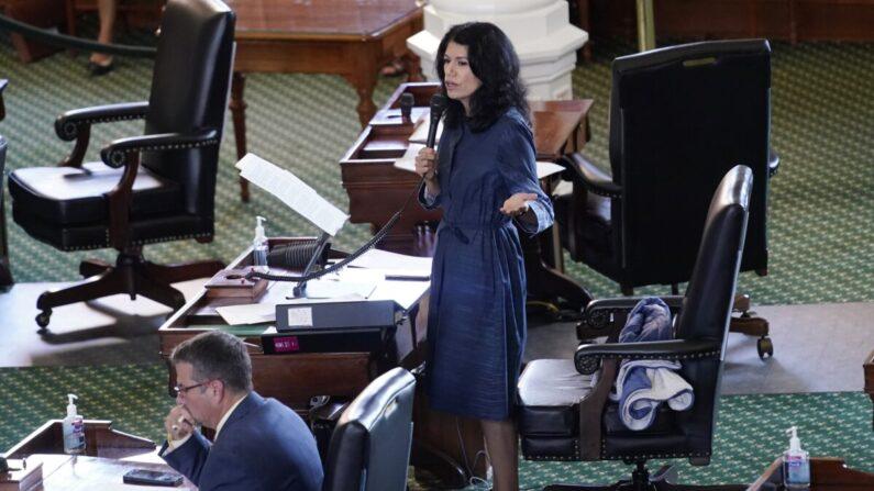 지난 11일(현지시간) 캐럴 앨버라도 미국 텍사스주 하원 민주당 코커스 의장이 선거법 개혁안 통과를 저지하기 위해 장시간 연설로 의사진행을 방해(필리버스터)하고 있다.   텍사스 오스틴=AP/연합