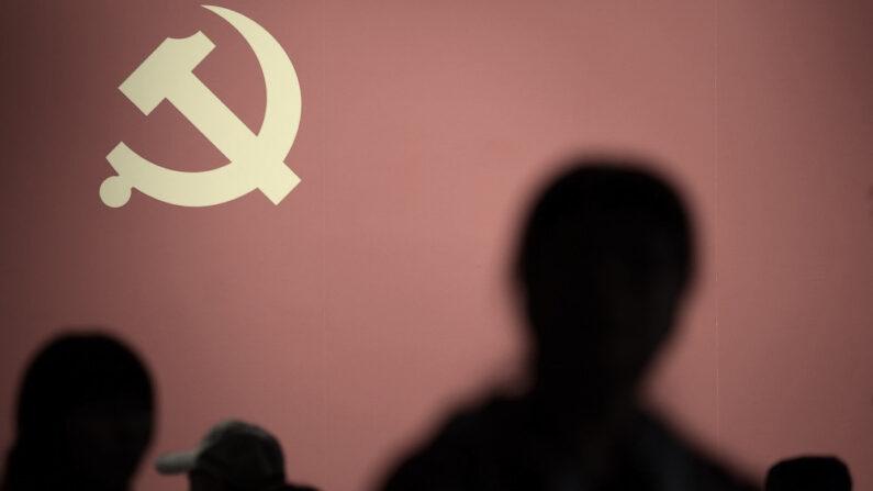 베이징의 한 전시회장에 공산당을 상징하는 낫과 망치 휘장이 걸려 있다. | WANG ZHAO/AFP/Getty Images